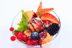 Dessert della bacca con i profiteroles Fotografia Stock Libera da Diritti
