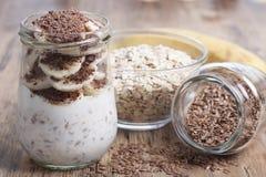 Dessert della farina d'avena con i semi di lino e la banana Fotografie Stock Libere da Diritti