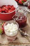 Dessert della fragola di strato con guarnizione crema montata Fotografia Stock Libera da Diritti