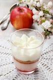 Dessert della fragola di strato con guarnizione crema montata Fotografia Stock