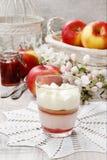 Dessert della fragola di strato con guarnizione crema montata Immagine Stock