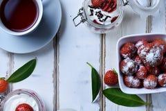 Dessert della fragola e del tè Fotografie Stock
