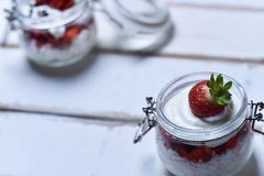 Dessert della fragola sulla tavola Fotografia Stock Libera da Diritti