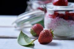 Dessert della fragola sulla tavola Fotografia Stock