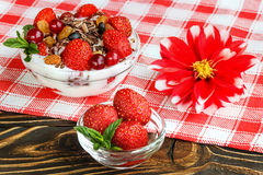 Dessert della frutta con le fragole e le bacche su una tavola di legno Immagini Stock Libere da Diritti