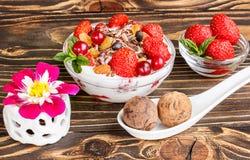 Dessert della frutta con le fragole e le caramelle dello shekoladnye su un corteggiare Immagine Stock