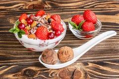 Dessert della frutta con le fragole e le caramelle dello shekoladnye su un corteggiare Fotografie Stock Libere da Diritti