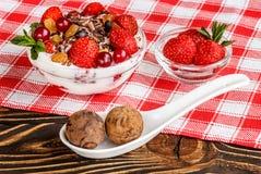 Dessert della frutta con le fragole e le caramelle dello shekoladnye su un corteggiare Fotografie Stock