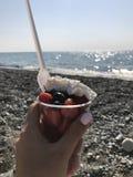 Dessert della frutta sulla spiaggia Immagine Stock