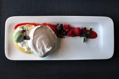 Dessert della meringa del ristorante con le bacche fotografia stock