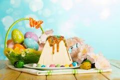 Dessert della torta di formaggio di Pasqua, uova di Pasqua, farfalla, fiori, cand Fotografia Stock