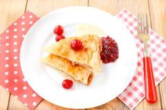 Dessert della torta di mele e della ciliegia Fotografie Stock Libere da Diritti