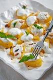 Dessert della zucca con yogurt decorato con le foglie di menta e il almo Fotografia Stock