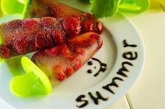 Dessert des fraises surgelées sur un bâton Photos libres de droits