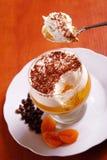 Dessert di gelatina a più strati sul cucchiaio Fotografia Stock
