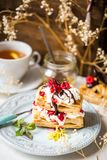 Dessert di Millefeuille con il lampone ed il cioccolato freschi Fotografia Stock