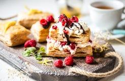 Dessert di Millefeuille con il lampone ed il cioccolato freschi Immagini Stock