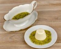Dessert di Panacotta con la salsa verde del kiwi Fotografia Stock Libera da Diritti