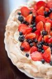 Dessert di Pavlova con i lamponi ed i mirtilli Fotografia Stock