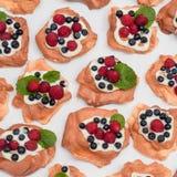 Dessert di Pavlova con i lamponi ed i mirtilli Immagine Stock