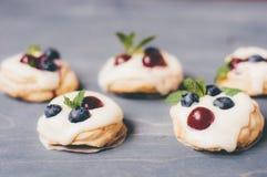 Dessert di Pavlova con le ciliege dei mirtilli immagini stock libere da diritti