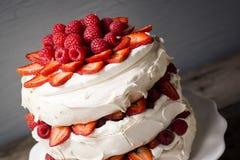 Dessert di Pavlova della fragola e del lampone immagine stock libera da diritti