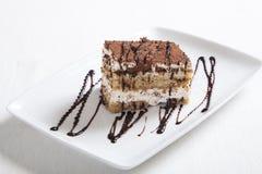 Dessert di tiramisù sulla zolla bianca Immagini Stock Libere da Diritti