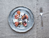 Dessert die uit verse fig. en Briekaas bestaan met honing, alm Royalty-vrije Stock Afbeelding