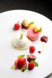 Dessert dinant fin, parfait à framboise, crème glacée, chocolat blanc Images stock