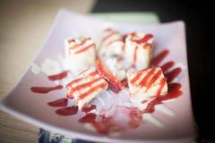 Dessert dolce avvolto in un rotolo dei rotoli di sushi su un piatto fotografia stock libera da diritti