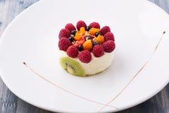 Dessert dolce con i rasberries, il kiwi e la crema wheapped Immagini Stock