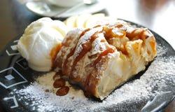 Dessert dolce con il gelato in ristorante immagini stock libere da diritti