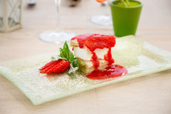 Dessert dolce con le fragole Fotografie Stock