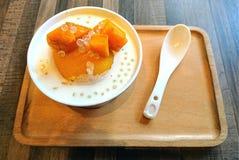 Dessert dolce della minestra della perla del sagù del mango immagini stock libere da diritti