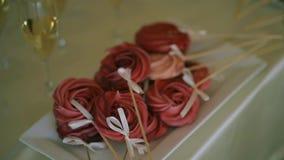 Dessert dolce su un bastone sotto forma di rosa video d archivio