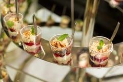 Dessert dolci con una foglia della menta su una tavola immagini stock