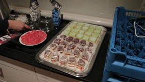 dessert dolci su un vassoio video d archivio