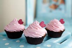 Dessert doux américain traditionnel de petits gâteaux avec les coeurs rouges sur le fond en bois d'étagère Images libres de droits