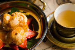 Dessert doux avec des fraises et des profiteroles Images stock
