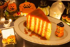 Dessert doux fait maison savoureux de nourriture, gâteau rouge de crêpe de fraise décoré du fond de fête de thème de Halloween Bo image stock