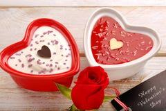 Dessert doux pour le jour de valentines avec la carte pour le texte Images stock