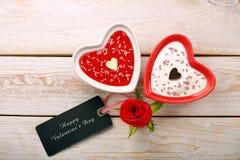 Dessert doux pour le jour de valentines avec la carte pour le texte Photos libres de droits