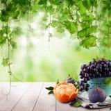 Dessert doux sur la table en bois avec les feuilles vertes de raisins Fruit ?cologique photos stock