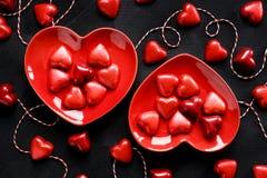 Dessert du ` s de Valentine, mélange des chocolats sous forme de coeurs sur le fond noir, fond doux d'amour, vue supérieure Images stock
