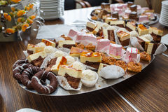 Dessert e dolci deliziosi differenti sulla tavola Fotografia Stock Libera da Diritti