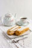 Dessert Eclair met slagroom Stock Foto