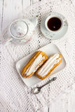 Dessert Eclair met slagroom Stock Foto's