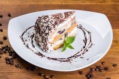 Dessert Een stuk van cake met een banaan en gedroogde pruimen royalty-vrije stock foto