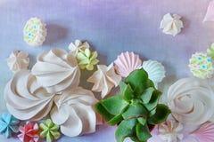 Dessert et succulents blancs de meringue d'été minimal plat de configuration dessus Images stock