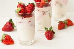 Dessert fait maison avec des fraises sur un fond blanc Photos stock